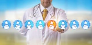 Непознаваемое медсестра доктора Selecting одного женская стоковые изображения