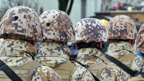 Непознаваемое образование солдат от задней части видеоматериал