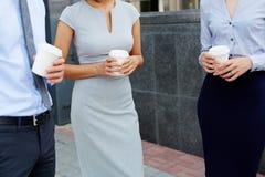 Непознаваемые бизнесмены в перерыве на чашку кофе Стоковая Фотография