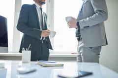 Непознаваемые бизнесмены на перерыве на чашку кофе Стоковые Изображения