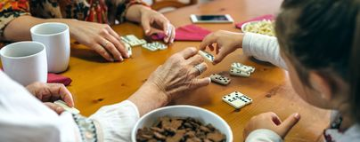 Непознаваемые 3 женского поколения играя домино Стоковое фото RF