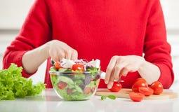 Непознаваемые овощи вырезывания женщины стоковые изображения rf