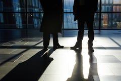 Непознаваемые предприниматели стоя в лобби офиса Стоковые Фотографии RF