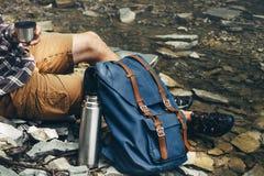 Непознаваемые чай или кофе питья человека hiker от концепции thermos отдыхая Стоковые Изображения RF