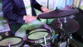 Непознаваемый барабанщик в куртке, человек играя барабанчики, барабанщика в диапазоне музыки, представлении в реальном маштабе вр сток-видео