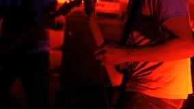 Непознаваемый гитарист сток-видео