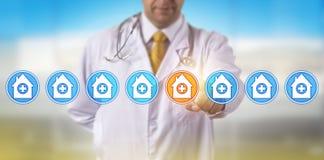 Непознаваемый доктор Selecting Больница Касать стоковая фотография