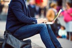 Непознаваемый менеджер работая на компьтер-книжке на толпить Piccadilly c Стоковое фото RF