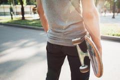 Непознаваемый молодой человек с скейтбордом Стоковые Изображения RF
