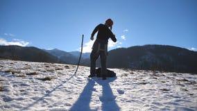 Непознаваемый молодой человек танцует смешное на горах зимы Танец Гая на фоне снежного ландшафта мужчина видеоматериал