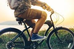 Непознаваемый молодой человек битника задействует вдоль берега против фона концепции деятельности при праздника каникул захода со Стоковое Фото