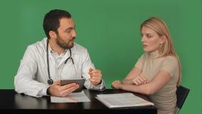 Непознаваемый доктор бросая вне намек на мочу сток-видео