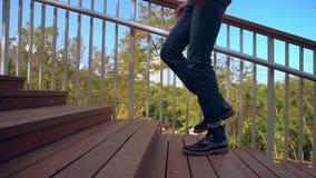 Непознаваемый парень идя вверх по лестницам сток-видео