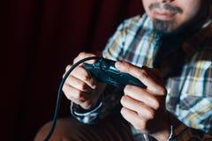 Непознаваемый парень с видеоигрой игры кнюппеля Стоковая Фотография