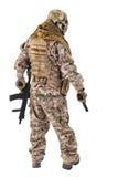 Непознаваемый преступник с личным огнестрельным оружием и винтовкой Стоковое фото RF