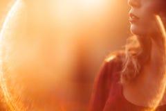Непознаваемый профиль женщины, пирофакел объектива Стоковая Фотография RF