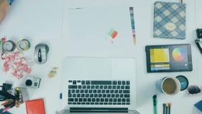 Непознаваемый творческий дизайнер работая в творческом агенстве Взгляд сверху сток-видео