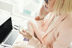 Непознаваемый ходить по магазинам женщины онлайн с кредитной карточкой и компьтер-книжкой Стоковые Изображения