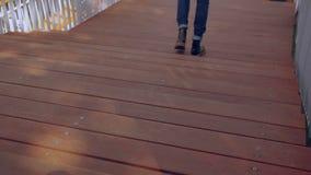 Непознаваемый человек идя лестницы сток-видео