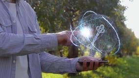 Непознаваемый человек показывает схематический hologram с ключом акции видеоматериалы