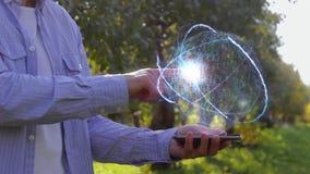 Непознаваемый человек показывает схематический hologram с текстом 5G сток-видео