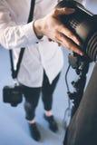 Непознаваемый человек регулируя свет в студии стоковые фотографии rf