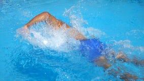 Непознаваемый sporty парень плавая через бассейн с ясным открытым морем Плавание молодого человека и наслаждаться воссоздание дал акции видеоматериалы