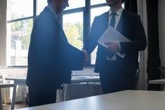 2 непознаваемых сотрудника команды дела центра Coworking согласования руки встряхивания бизнесмена Стоковые Изображения