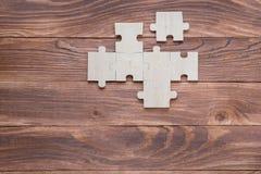 Неполные деревянные головоломки на коричневом деревянном столе, взгляд сверху, плоское положение стоковая фотография rf