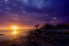 Неподвижный велосипед на небе захода солнца красиво Стоковая Фотография RF
