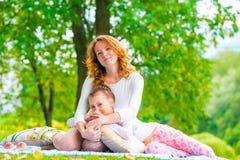 Неполная семья представляя в парке Стоковое фото RF