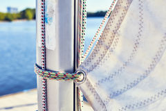 Неправильная отладка mainsail к рангоуту стоковая фотография