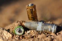 Неправильное избавление батарей стоковые изображения