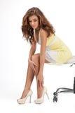 Неправильный размер. Красивые молодые женщины сидя на стуле и t стоковая фотография rf