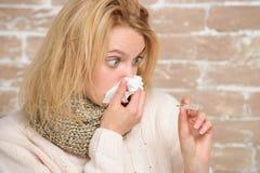 Непрерывная лихорадка Температура тела милой больной девушки измеряя Нездоровая милая женщина страдая от жары лихорадки больная ж стоковое фото