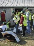 Непредвиденная команда помогая раненой персоне Стоковые Фотографии RF