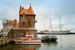 Непредвиденная шлюпка на остатках в порте Stralsund Стоковые Фото