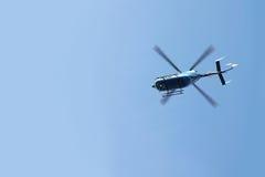 Непредвиденное летание вертолета перехода спасения в голубом небе Стоковые Изображения RF