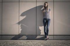 Непринужденный стиль женщины против каменной стены grunge Стоковые Изображения RF