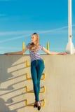 Непринужденный стиль женщины против каменной стены Стоковая Фотография