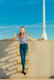 Непринужденный стиль женщины против каменной стены Стоковая Фотография RF