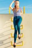 Непринужденный стиль женщины против каменной стены Стоковые Фотографии RF