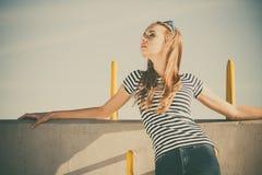 Непринужденный стиль женщины против каменной стены Стоковое Изображение RF