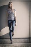 Непринужденный стиль женщины против каменной стены grunge Стоковое Изображение RF