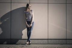 Непринужденный стиль женщины против каменной стены grunge Стоковые Фотографии RF