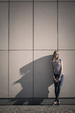 Непринужденный стиль женщины против каменной стены grunge Стоковое фото RF