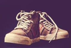 Непринужденный стиль кожаных ботинок на покрашенной предпосылке Стоковые Изображения RF