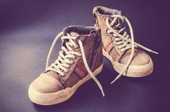 Непринужденный стиль кожаных ботинок на покрашенной предпосылке Стоковые Фото
