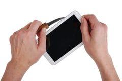 Непрофессиональный домашний ремонт таблетки интернета используя kitche стоковое изображение