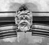Нептун как keystone на входе здания стоковая фотография rf